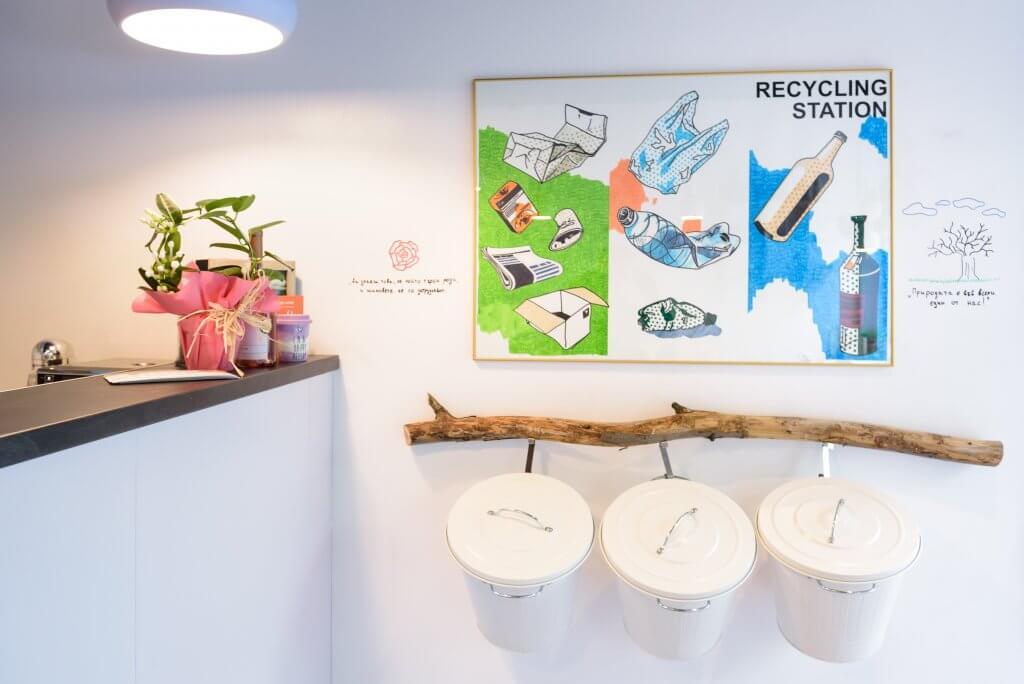 кутии за разделно хвърляне на отпадъчи в ресторант с нулев отпадък