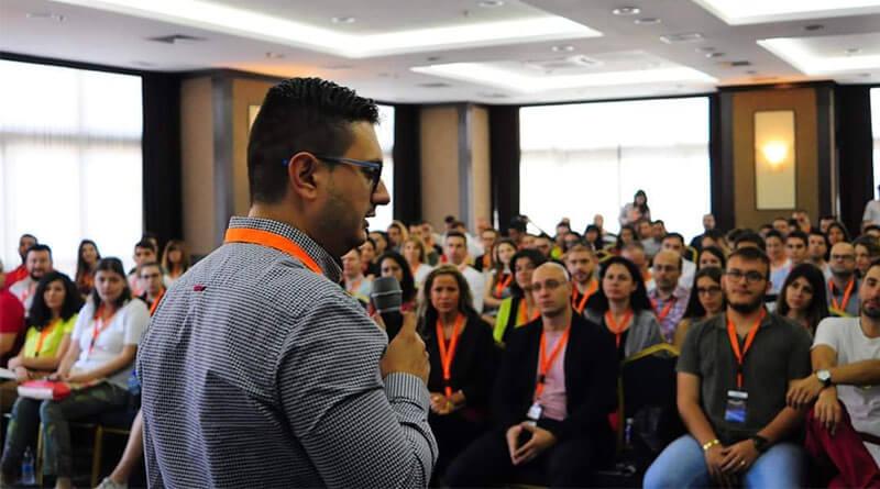 Любомир Атанасов от SEOMAX говори пред публика за SEO оптимизация