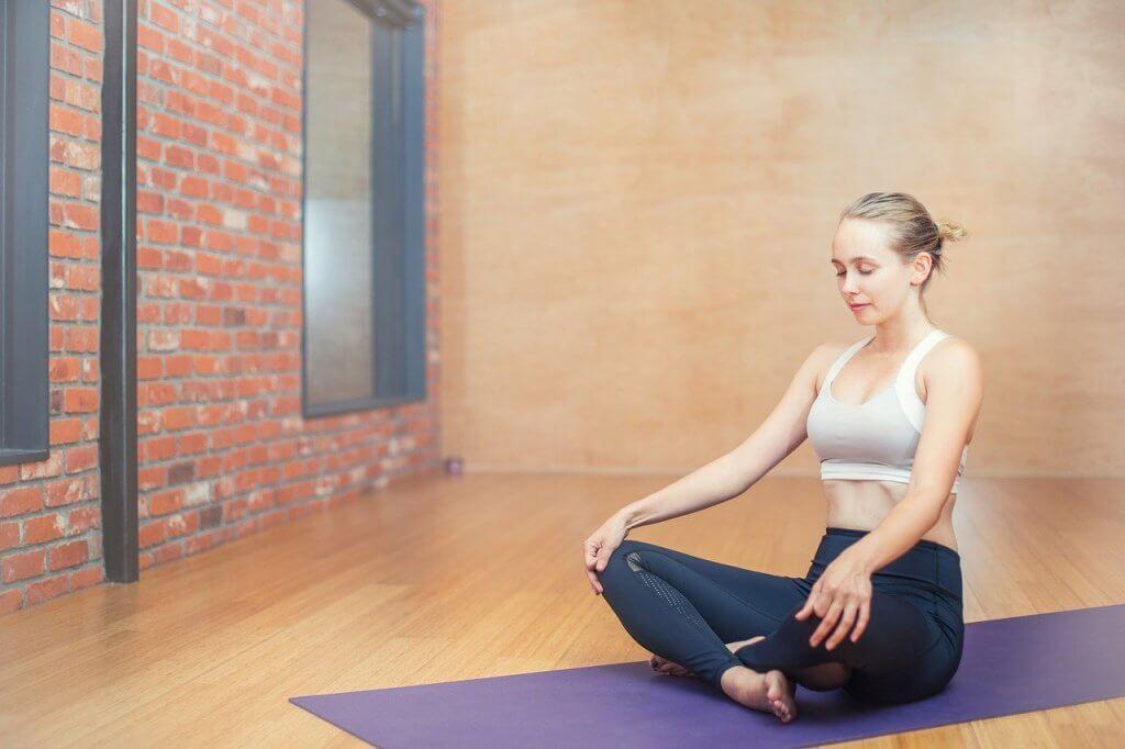 медитираща жена постигаща вътрешен мир