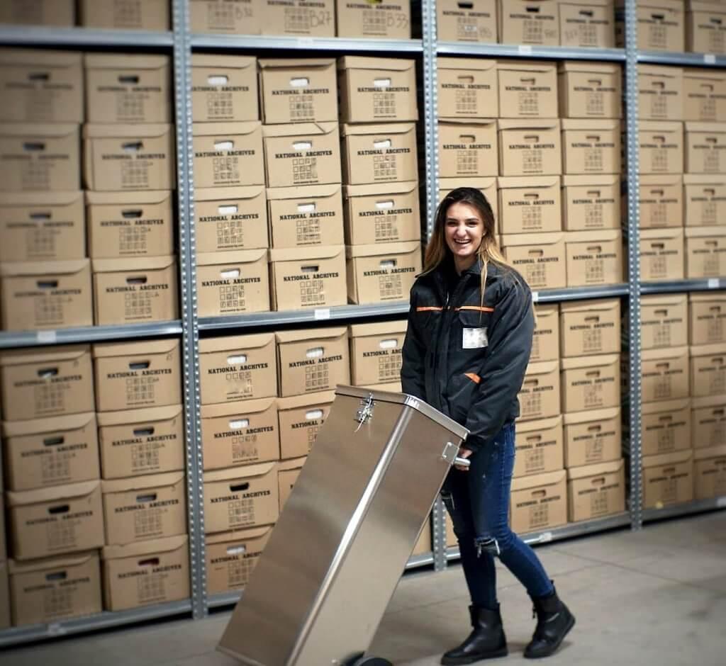 служител в национални архиви