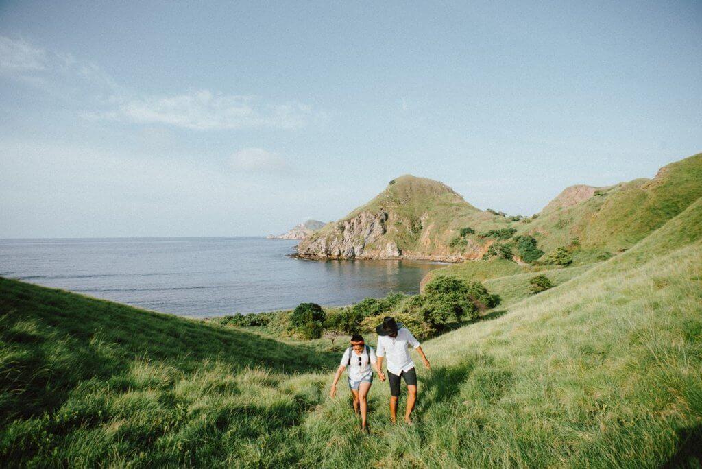 Растерно изображение с високо качество на мъж и жена на остров